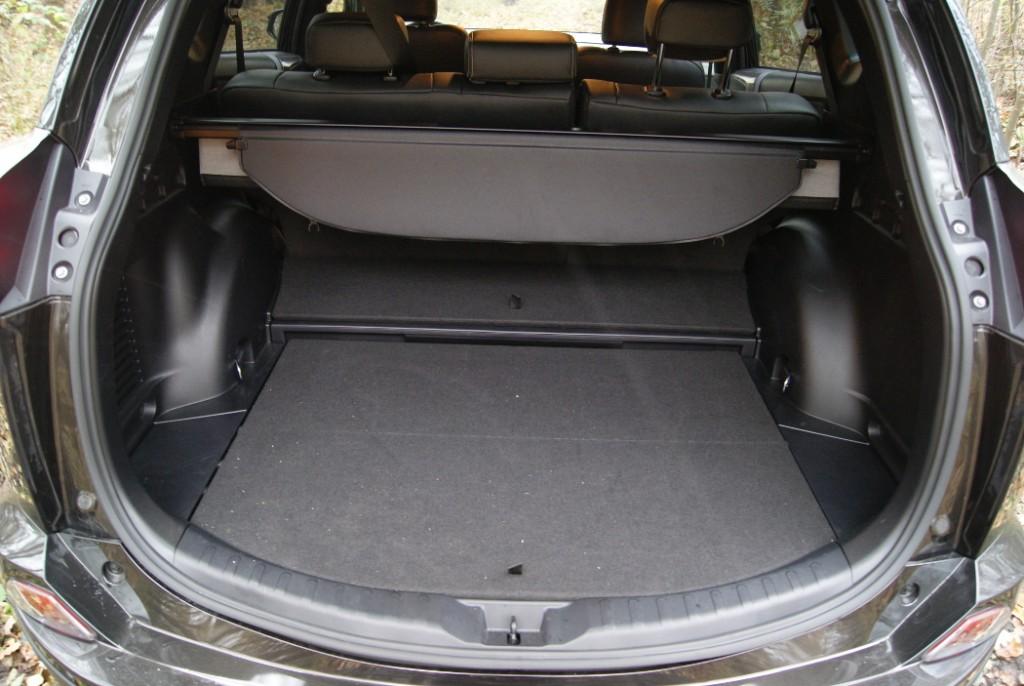 W wersji hybrydowej bagażnik jest niewiele mniejszy